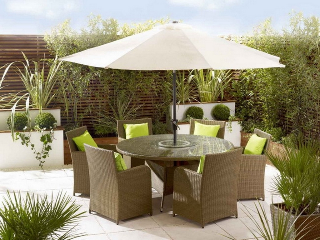 Choosing the best outdoor patio set with umbrella for your for Outdoor patio dining